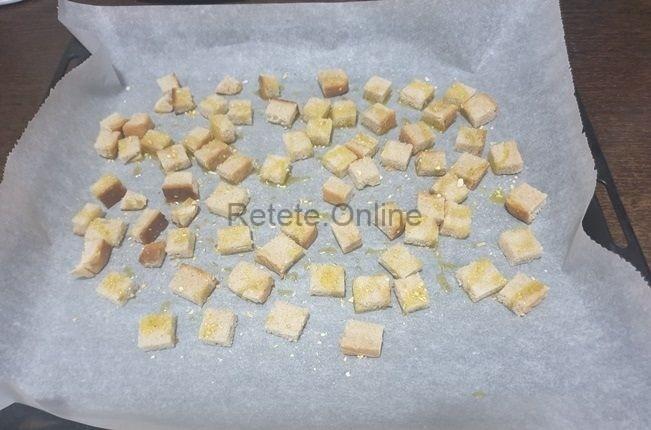 Intre timp taie feliile de paine in bucatele mici
