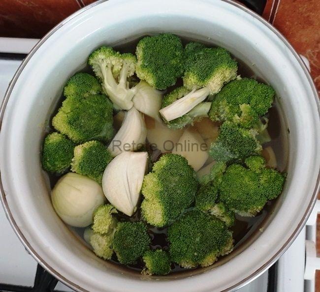 Pune legumele tocate intr-o oala