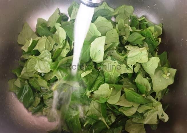 Pune frunzele de spanac in chiuveta