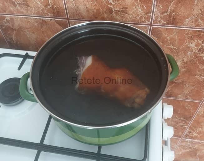 Spala ciolanul pentru ciorba de fasole